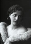Ritratto di giovane donna con un abito scollato dal collo di pelliccia