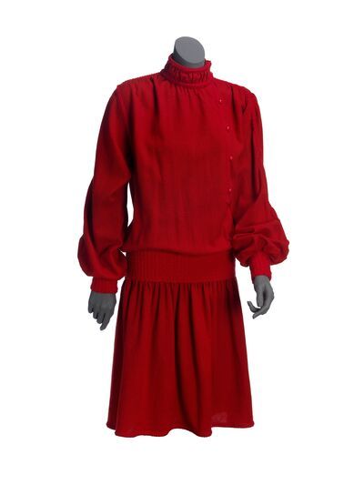 Jurk van rode wol met versiering van gebreide bandjes