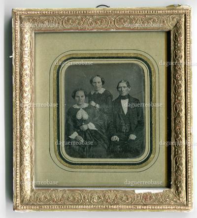Image from object titled [Gruppenporträt zweier Frauen und eines Mannes]