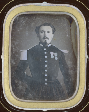 Image 9 x 7 cm; Cadre 15,2 x 13 cm; Fenêtre 10 x 8 cm; Lieutenant d'Etat Major