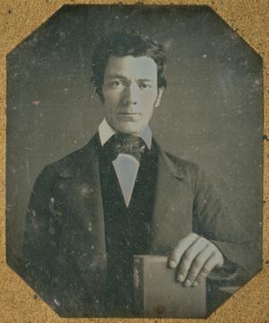 Image 6,5 x 5,5 cm; Support 9,5 x 8,1 cm; Fenêtre 8 x 7 cm; Portrait d'un jeune homme