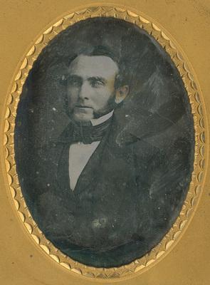 Image 8,9 x 6,4 cm; Support 12 x 9,8 x 1,5 cm; Cadre 11 x 8 cm; Portrait d'un homme