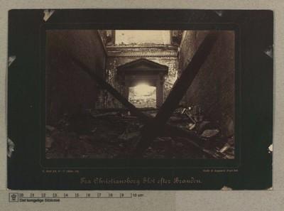 Opgang til den kgl. Malerisamling, set fra Trappens Begyndelse umiddelbart indenfor Gitterdørene, 5.-7 Oktober 1884
