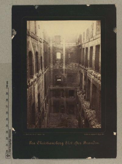 Højesteretssalen m. m., set fra Dronningetrappen i Kongeetagen, 5.-7 Oktober 1884