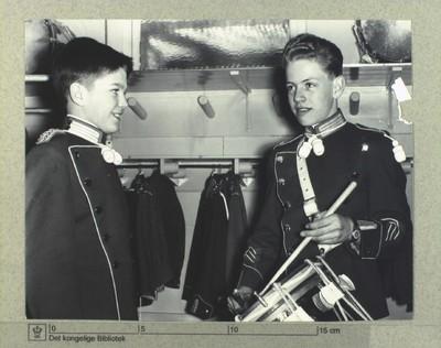 Tivoligardister prøver de nye gallauniformer inden havens åbning, d. 4 november 1958