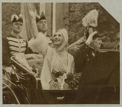 Image from object titled Det nygifte kronprinspar kører gennem byen