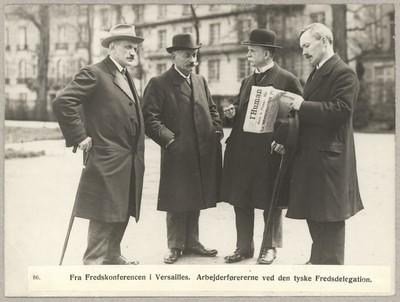 Image from object titled 86. Fra Fredskonferencen i Versailles. Arbejderførererne ved den tyske Fredsdelegation.