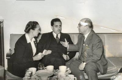 1952. Viatge a Madrid. Paquita Carbó i Francisco Sintes, Director General de Archivos y Bibliotecas conversant amb una tercera persona