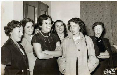 1952. Viatge a Madrid. Grup de set noies, alumnes de l'Escuela de Bibliotecarias