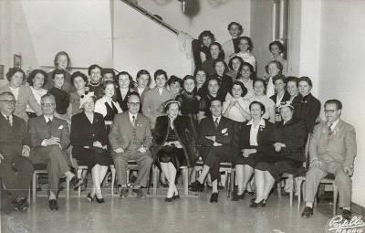 1952. Viatge a Madrid. Grup de trenta vuit persones entre les quals hi ha alumnes de l'Escuela de Bibliotecarias