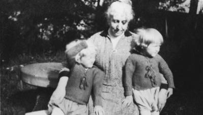 Søstre med farmor på besøk