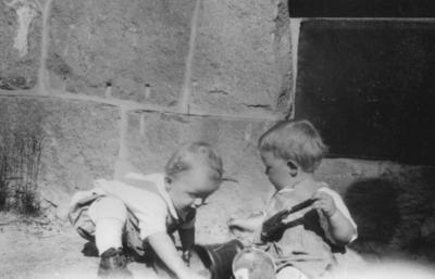 To barn leker i sandkassen