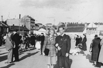 Image from object titled Et ungt par fotografert blant mange andre personer som er ute og feirer frigjøringen