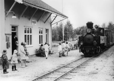 Image from object titled Tog fra Skulerud til Sørumsand ankommer Fosser stasjon siste driftsdag