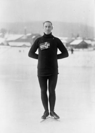 Skøyteløper Ivar Ballangrud i helfigur med det norske flagg på brystkassa