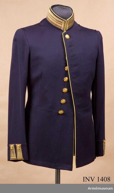 Image from object titled Vapenrock m/1886, Vapenrock m/1886 för officer vid Skaraborgs regemente : Stl 50. Mörkblå kamgarnsdiagonal, enradig, åtta knappar av reg:s m/större. Ståndkrage, igenhäktad upp- och nedtill, 55 mm...