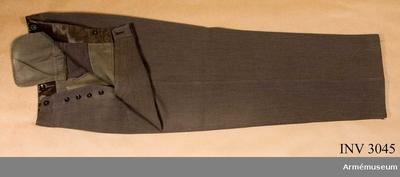 Långbyxor m/1939, Långbyxor m/1939 för överste vid Norrbottens regemente : Stl B 50. Av gråbrungrön diagonal med raka ben. Julpknäppning med fem knappar. Linningen är skodd med brunt foder. Har sex knappar på insidan för...