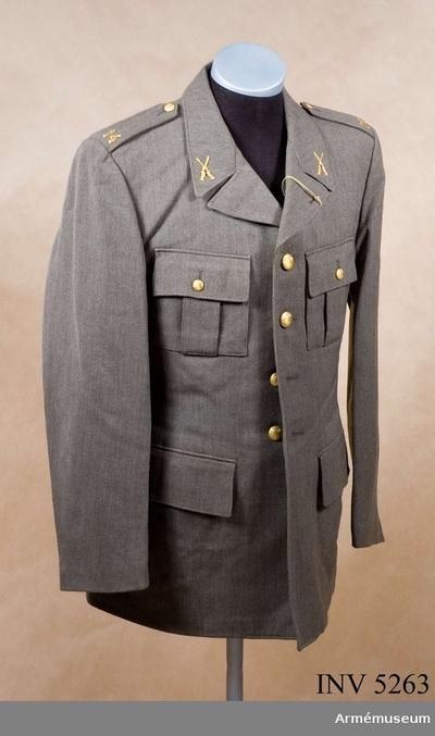 Vapenrock m/1952, Vapenrock m/1952 för Hälsinge regemente : Av samma snitt som uniform m/1939. Daglig dräkt av gråbrungrönt tyg. Bärs till mörkt gråbrungröna byxor. Tjänstetecken mattförgyllda.
