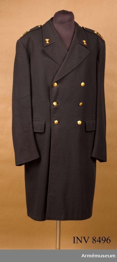 Kappa m/1960, Kappa m/1960 för major vid Intendenturkåren : Tillverkad av stålgrått kommisskläde, är av tvåradig 3/4-lång modell, räcker till 3-5 cm ovanför knäet, har slits i ryggen, är något figursydd, har uppåt något...