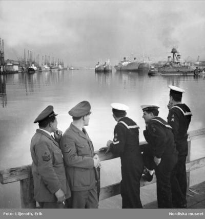 Image from object titled Befäl och matroser blickar ut över fartygen i Göteborgs hamn