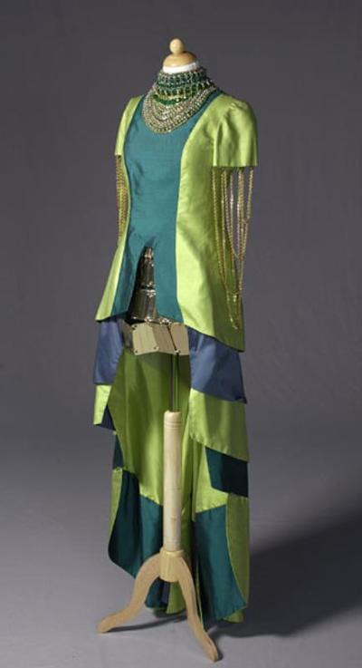 Kostuum gedragen door Conny Stuart als kwade fee in de musical En nu naar bed van Annie M.G. Schmidt