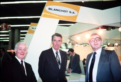 Forretningsfolk på standen til Blanchot SA på SIMA-utstillingen i Paris (Frankrike): eksportsjef til Kvernelands Fabrikk AS Johann Salte (t
