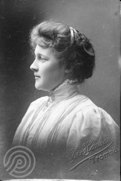 Studioportrett av en kvinne sett i profil