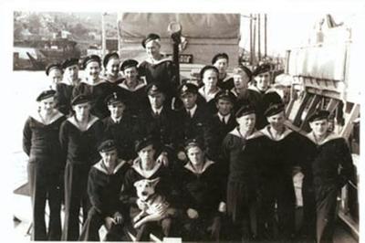 Leif Larsen ShetlandsLarsen med mannskap ombord på KNM Vigra.