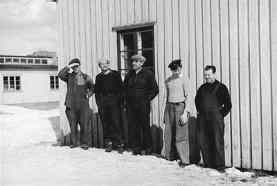 Image from object titled Fem menn utenfor Moerveien Trevarefabrikk