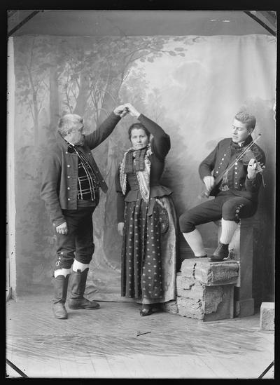 Gruppebilde: Mann og kvinne danser pols
