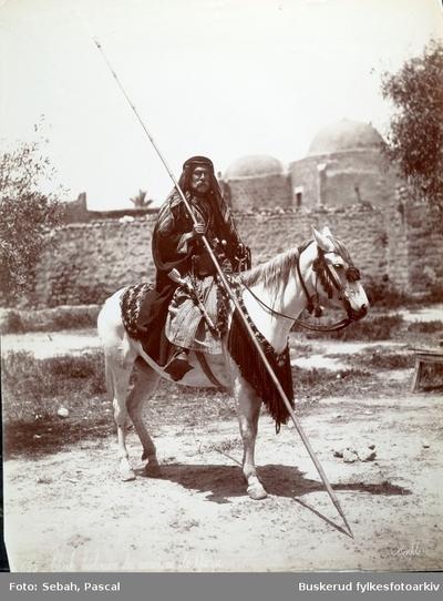 Palestinsk sheik på sin hest fotografert i Gaza by