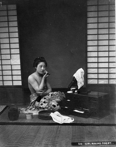 Japansk kvinne som steller seg