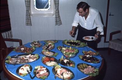 Lunsjbuffe ombord i M/S 'Vikara' (b
