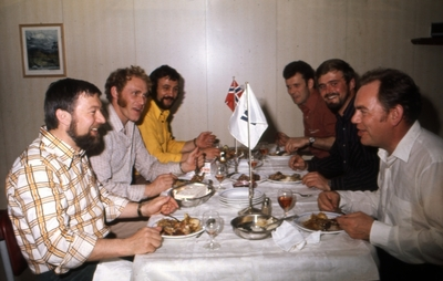 Mannskapet spiser middag ombord i M/S 'Tender Captain' (b