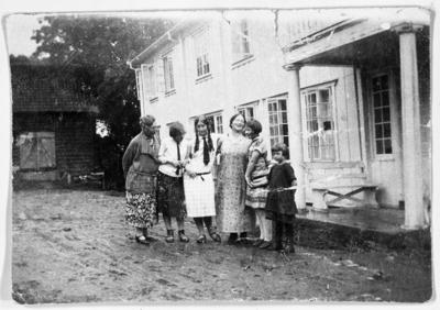 Image from object titled Muligens familien til sogneprest Anders Hovden fotografert foran hovedbygningen på Hoff Prestegård