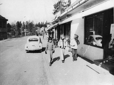 Image from object titled Kolbotnveien med Kolbotn stasjon så vidt synlig til venstre