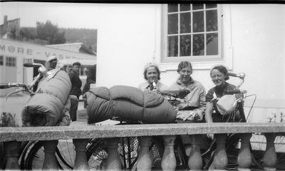 Image from object titled Tre kvinner på sykkeltur med soveposer spiser is