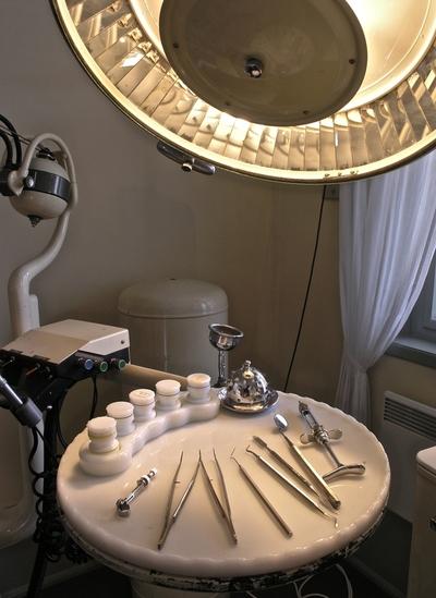 Lampe og instrumentbord med tannlegeutstyr