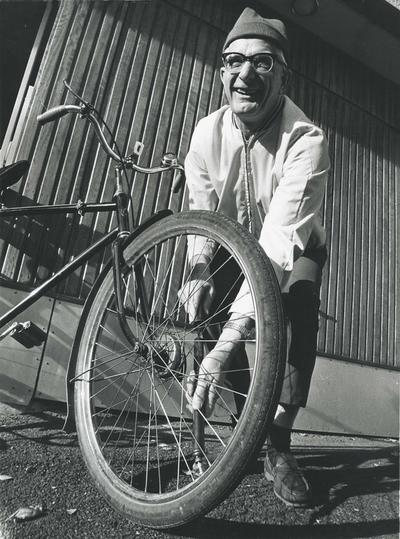 Vebjørn Tandberg som pumper luft i sykkeldekk
