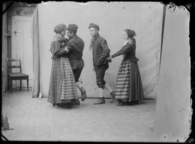 To par i rørosdrakt som danser pols i fotoatelieret