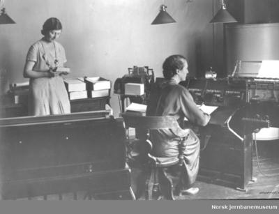 Image from object titled NSBs statistiske kontor med to kontordamer og en maskin av ukjent type