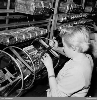 Image from object titled Ung kvinna monterar, radio- och TV-fabriken i Tobo bruk