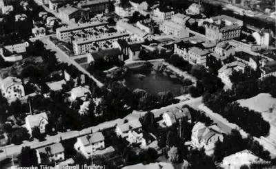 """Flygfoto över Västermalm. Text på vykortet """"Bünsowska Tjärn, Sundsvall. Godkänd av Försvarsstaben"""". Foto L. Nilsson. Daterad 1950-06-18."""