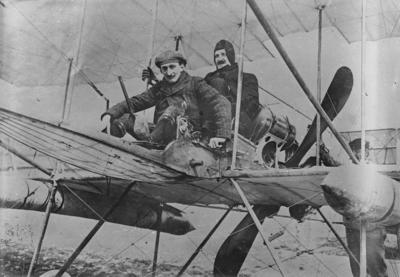 Image from object titled Henrik Hamilton i baksitsen på ett flygplan av Farman-typ under utbildning i Frankrike 1911. Flygförare Georges Legagneux i framsits.