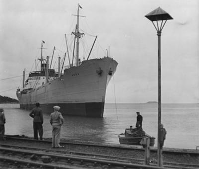 Lastmotorfartyget AKKA av Stockholm, b. 1942. Lastning av malm.