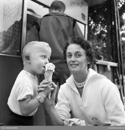 Image from object titled Den varma sommaren 1959 gick det år glass i stora lass.
