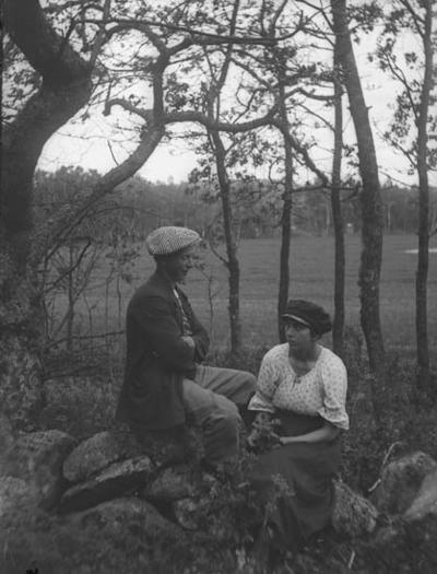 """Enligt notering: """"Ett par i skogsbrynet""""."""