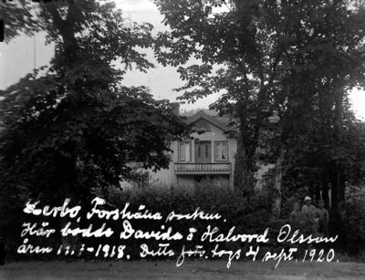 """Skrivet på bilden: """"Lerbo, Forshälla socken. Här bodde Davida och Halvord Olsson åren 1917-1918. Detta foto togs 4 sept. 1920."""""""