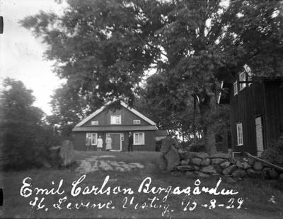 "Enligt text på fotot: Emil Carlson Bergagården St. Levene Vesterg. 15-8-29""."