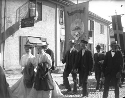 """Image from object titled """"1 maj, Kungsgatan, Apotekarbacken"""". Vid Kungsgatan 15, Enköping, sett från norr."""